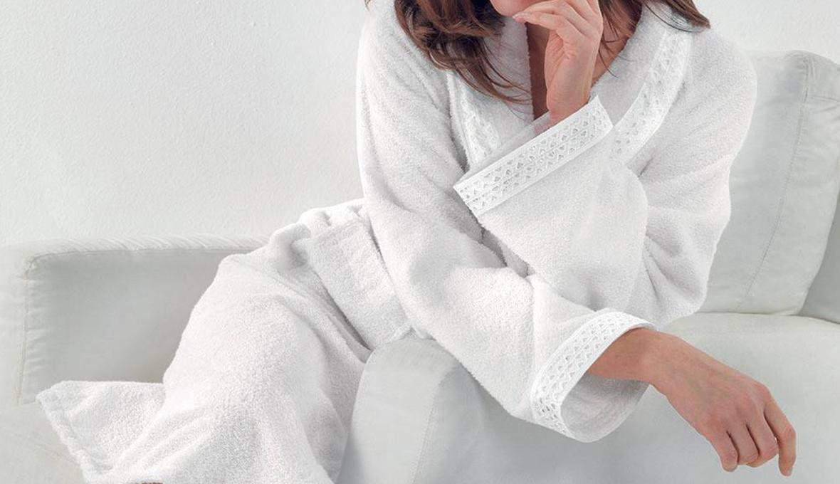 accappatoio bianco indossato