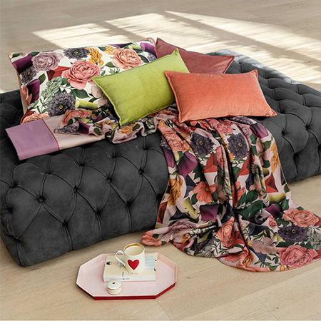 coperte e plaid fantasia su divano nero