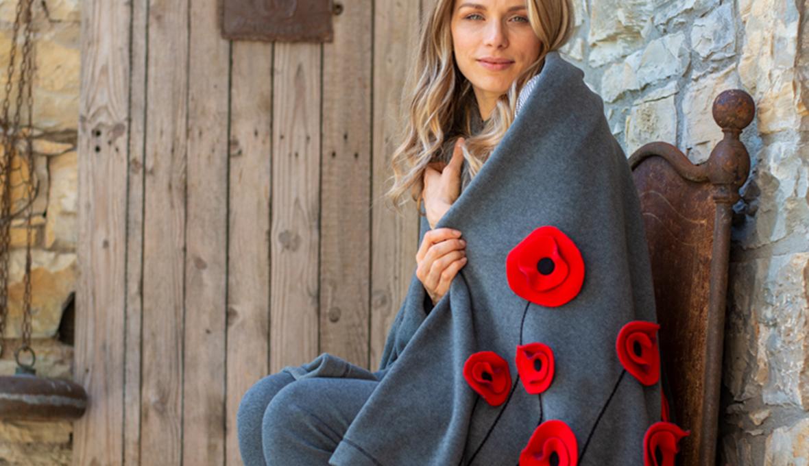 coperta griga con fiori rossi su donna