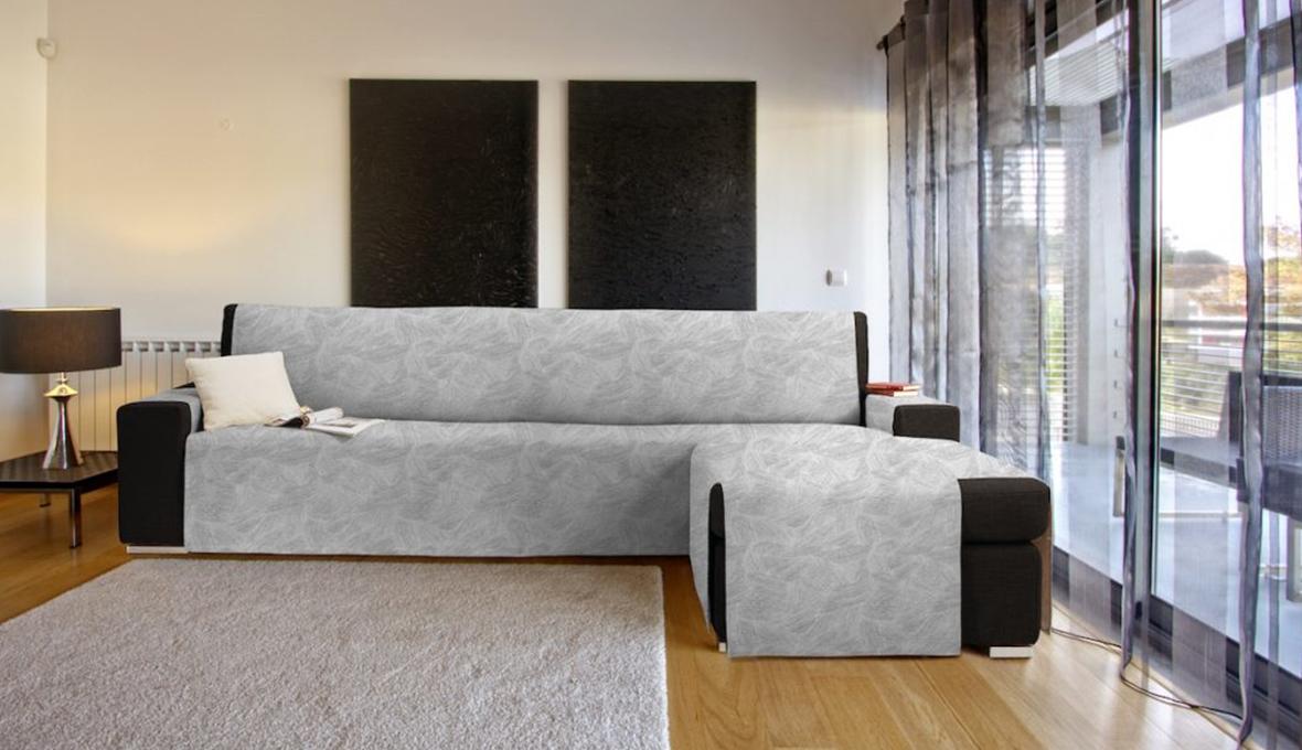 copridivano grigio su divano nero con penisola