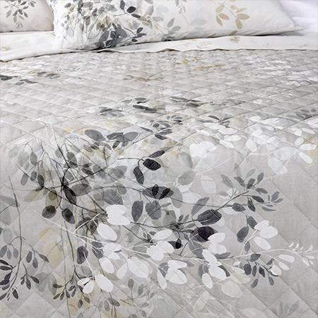 copriletto trapuntato con fiori bianchi e grigi