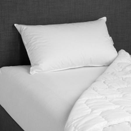 guanciale bianco su materasso con copripiumino