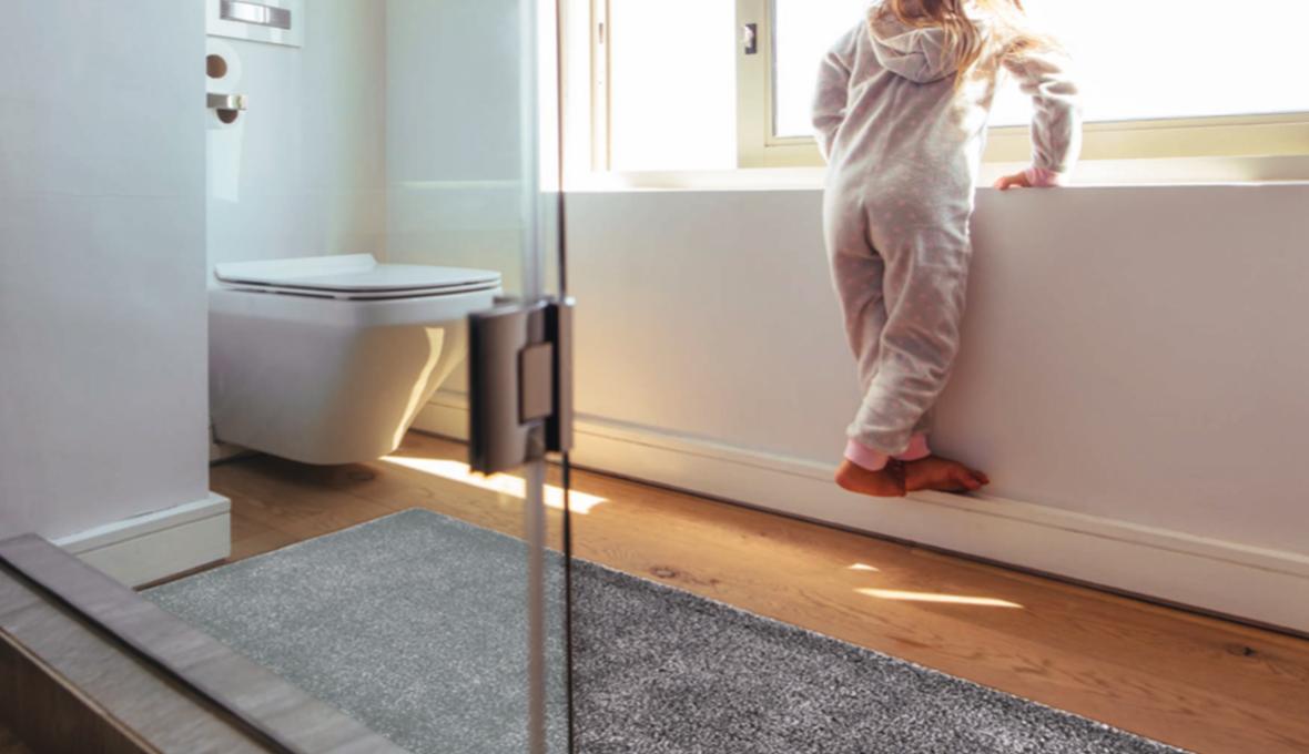 scendidoccia grigio con bambino su vasca da bagno