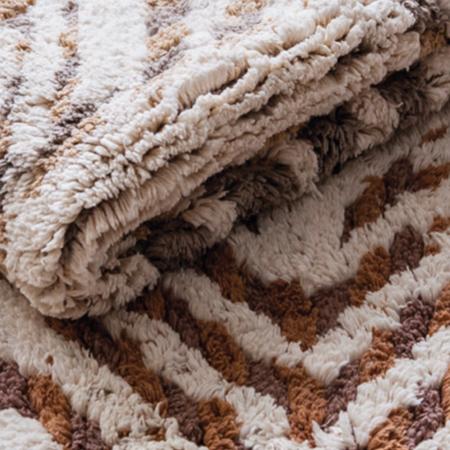 dettaglio su tappeto bagno a righe bianche e marroni