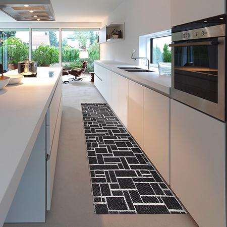 tappeto cucina disposto in casa nero con quadrati bianchi