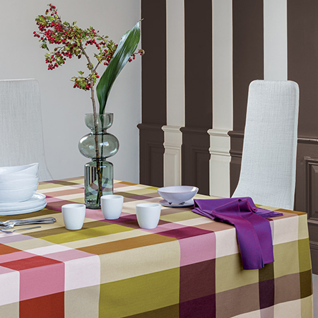 tavola apparecchiata con tovaglia a quadri multicolor
